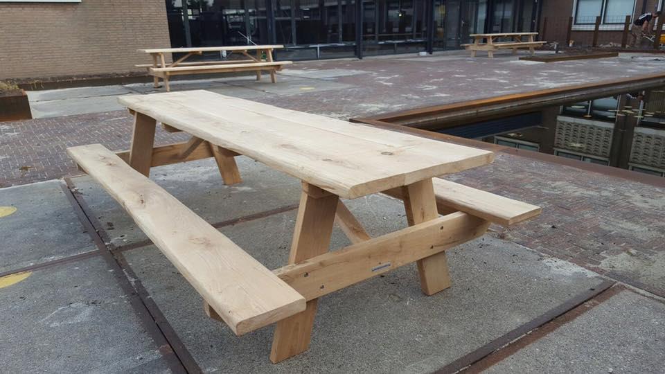 Baumstamm picknicktisch